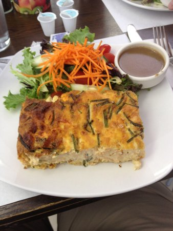 Bitton Bistro Cafe: Shrimp quiche with yummy house dressing.