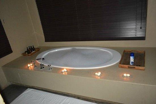 Dulini River Lodge : tub for honeymoon