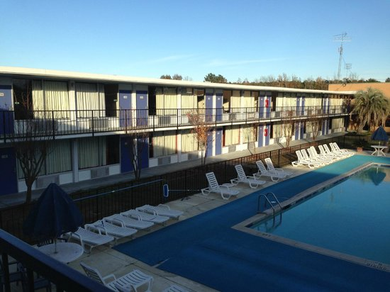 Motel 6 Leesville: room with pool side