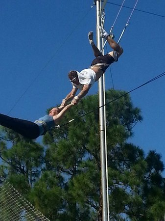Aerial Trapeze Academy : My 52 year old mother on the trapeze!