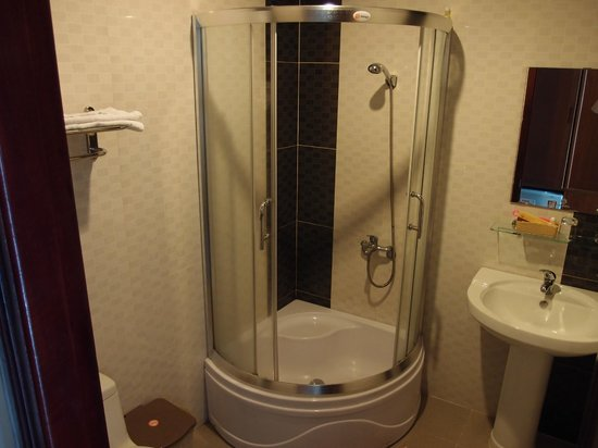 Hoang Hai (Golden Sea) Hotel: clean bathroom