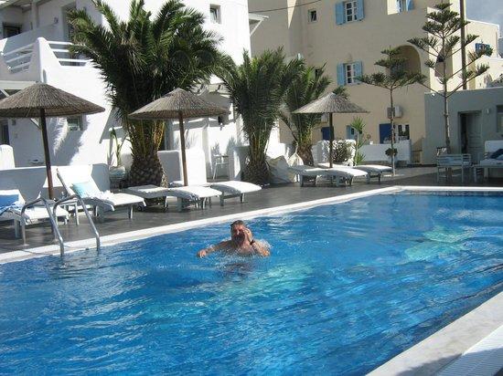 Rena's Rooms & Suites : Pool area