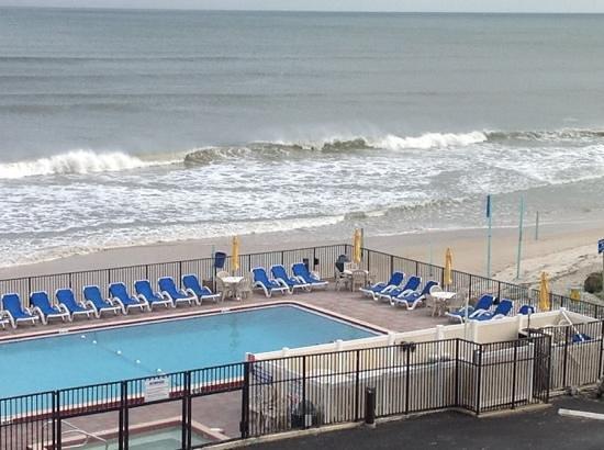 Outrigger Beach Club: pooland beach area at the Outrigger.