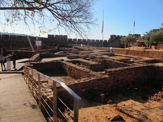 Castelo de Silves: lots of digs inside