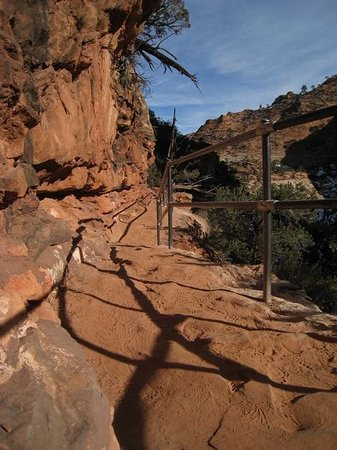 Canyon Overlook Trail: Sturdy handrails on the dropoffs