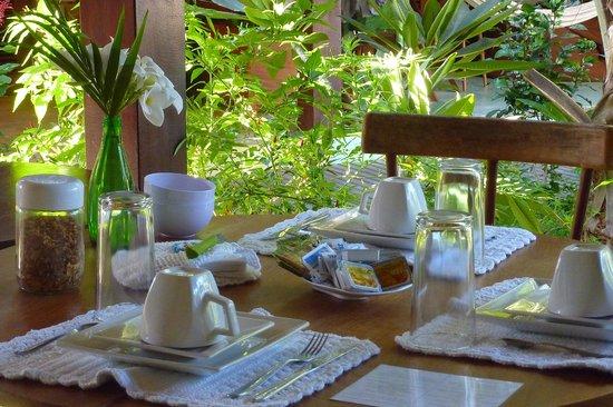 Pousada Casa Fufi: Mesa arrumada para o café da manhã na varanda!