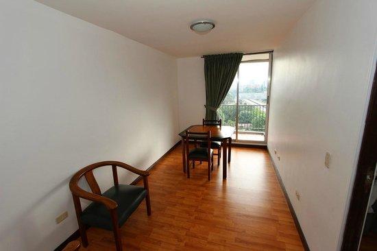 Hotel Santa Ana Medellin: Living / Dining room