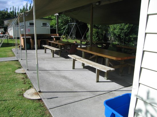 Whangarei Falls Holiday Park & BBH Backpackers: BBQ Area