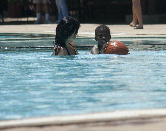 Reef Hotel: enjoying the pool