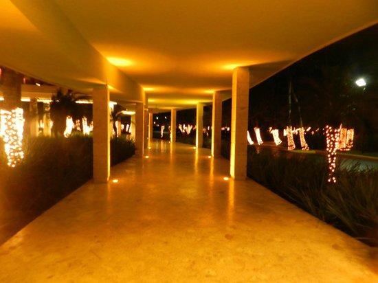 Barcelo Bavaro Palace: Caminho para o lobby