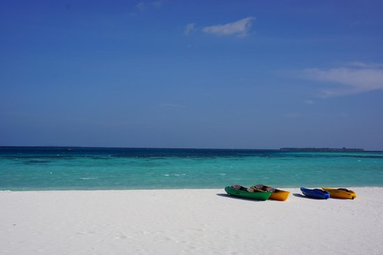 Constance Moofushi : beach with kayaks
