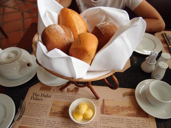 Le Cafe de la Poste : fresh bread