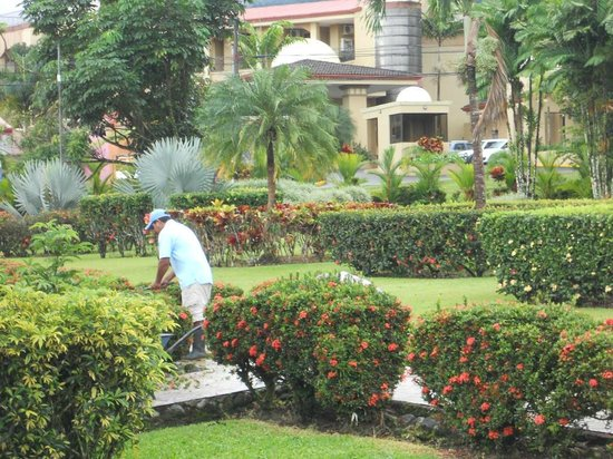 Hotel Villas Vilma: grounds keeper doing his thing