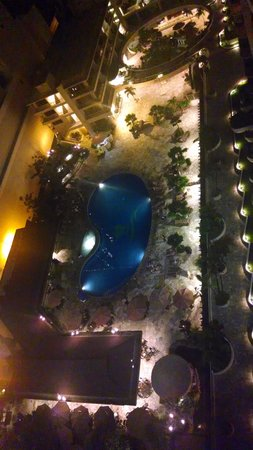 Outrigger Reef Waikiki Beach Resort: Evening view of pool from balcony