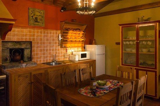 Adegas do Pico : Casa do Misterio kitchen – warm and inviting