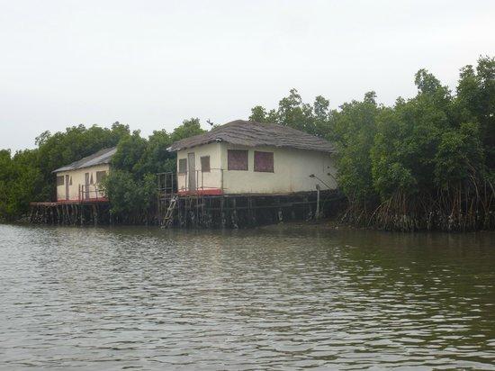 Bintang Bolong Lodge : de huisjes vanaf de rivier gezien