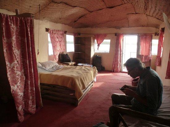 """Bintang Bolong Lodge : kamer met plafond van rieten matten en """"doorwaai""""ramen zonder glas."""