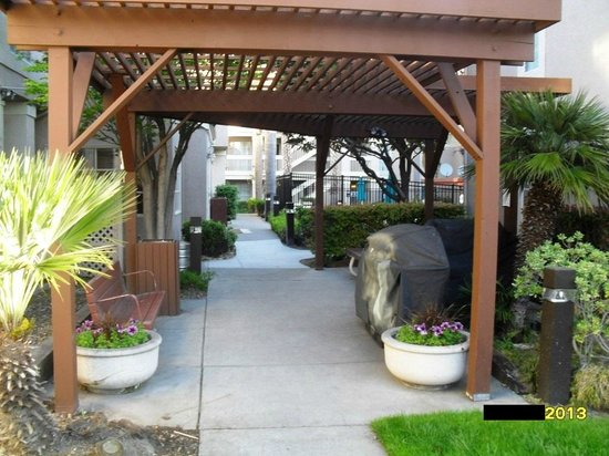 Staybridge Suites San Francisco Airport: Courtyard - to/from Lobby & Breakfast Area