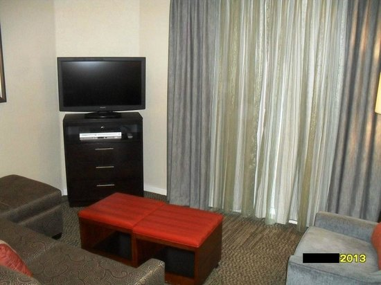 Staybridge Suites San Francisco Airport: HDTV in Living Room w. sofa