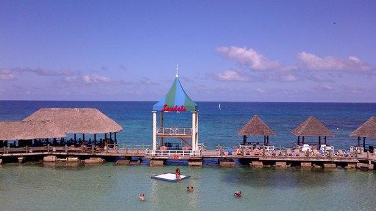 Sandals Ochi Beach Resort: Beach Boardwalk