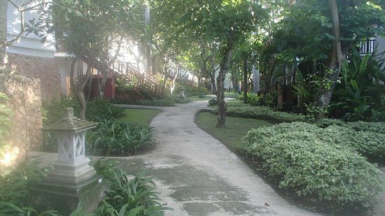 Holiday Resort Lombok: pathway for the suites