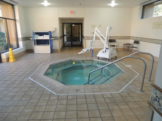 Courtyard Jacksonville Mayo Clinic/Beaches: indoor whirlpool