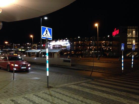 Radisson Blu Plaza Hotel, Helsinki: Arrival for SAS, entrance's left -bus stop