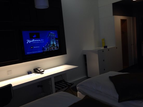 Radisson Blu Plaza Hotel, Helsinki : Twin room- TV and furniture