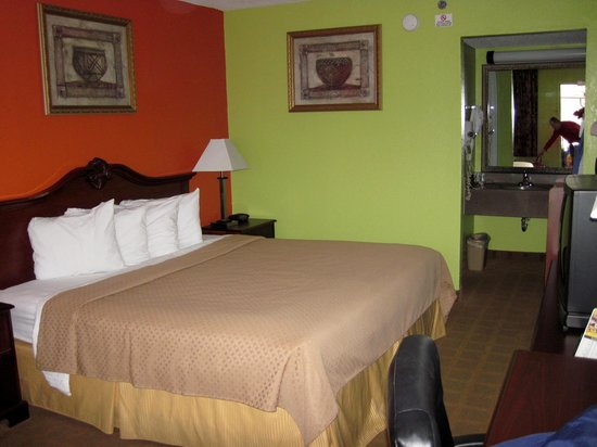 Americas Best Value Inn & Suites - Lafayette North/I-10 : Room with King bed