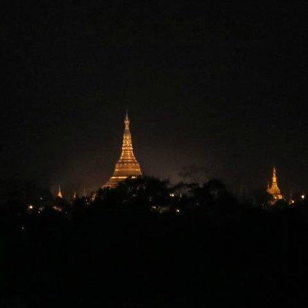 Chatrium Hotel Royal Lake Yangon : Shwedagon from the Chatrium Hotel Room