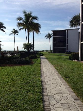 Sundial Beach Resort & Spa : Walk to the beach and pool