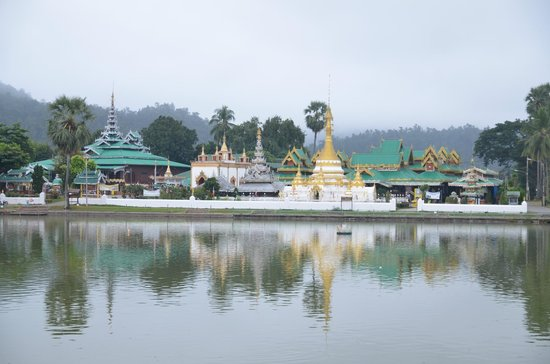 MaeHongSon Lake : The small quiet and charming lake