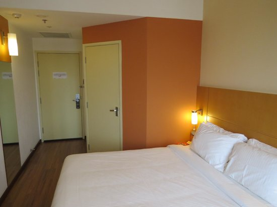 Ibis Singapore on Bencoolen : Small room by North American standards