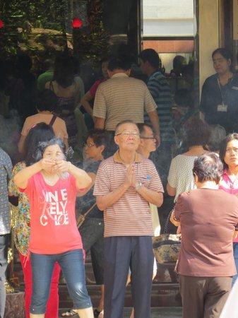 Kuan Yin Thong Hood Cho Temple: Watching worshipers from afar