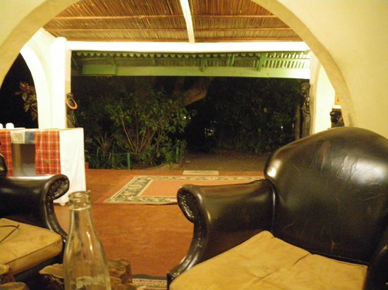 Mount Meru Game Lodge & Sanctuary: Lounge area between main desk and bar in evening