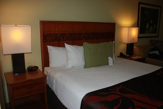 Courtyard by Marriott King Kamehameha's Kona Beach Hotel : Modern bedroom