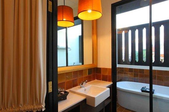99 The Gallery Hotel: Suite 405 Bathroom