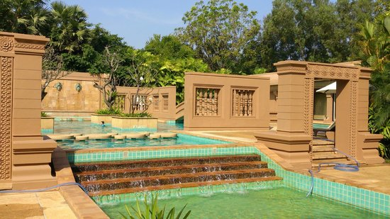 Le Meridien Angkor: 設計獨特的泳池