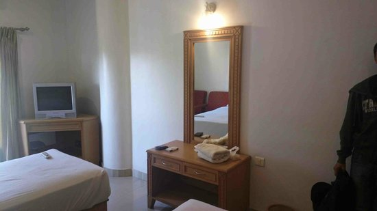 Malabar Residency: mirror and dressing table