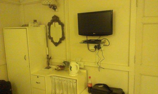 Aerodene Cottage: room