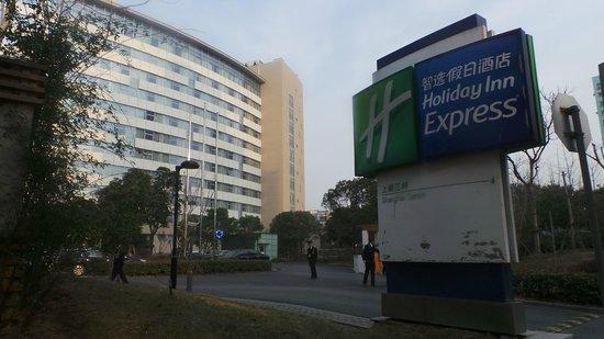 Holiday Inn Express Sanlin Shanghai: The hotel buiding