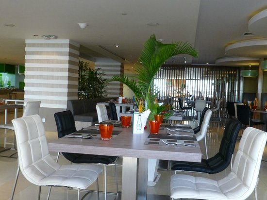Novotel Bangkok Fenix Silom : Restaurantbereich / Frühstücksraum