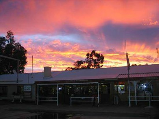 Kulgera Roadhouse Hotel Motel : Another beautiful Kulgera sunset behind the famous pub