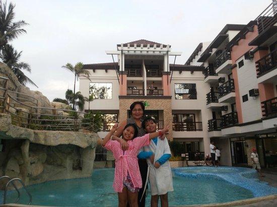 La Carmela de Boracay: poolside leading to the beach