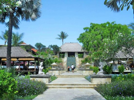 AYANA Resort and Spa: プールより玄関を見る