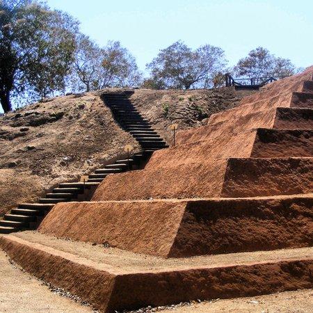 Xihuacan Museum and Archeological Site: Pirámide en restauración