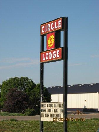 Circle S Lodge: Hotel sign
