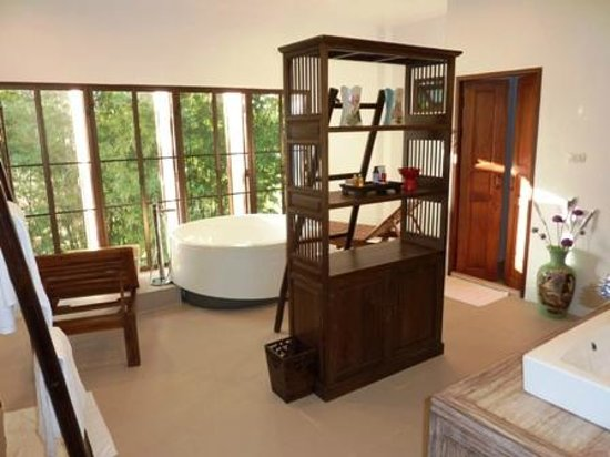 Jasmine Hills Villas & Spa: 7 - Bathroom with bubble tub