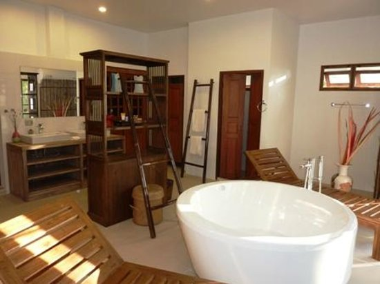 Jasmine Hills Villas & Spa: 7 - Bathroom with jaccuzi or bubble tub