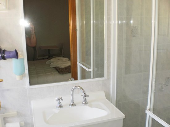 Karuah Motor Inn: Bathroom/shower